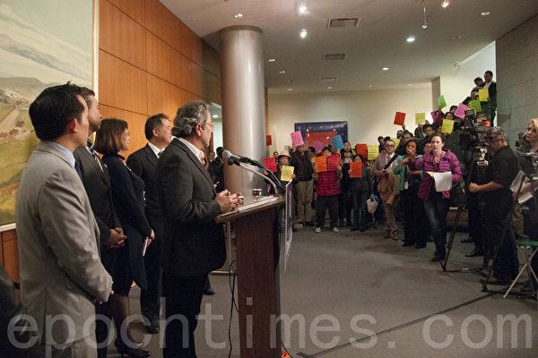 """提出AB 1506的州众议员理查德‧布鲁姆(Richard Bloom,话筒旁边讲话者)面对抗议民众,承认这一法案""""颇有争议""""。(周凤临/大纪元)"""