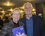 藝術家Margaret Kennel與先生Hadrian Kennel觀看神韻演出後,表示自己深受啟悟。(麥蕾/大紀元)