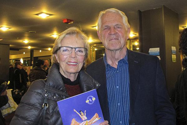 艺术家Margaret Kennel与先生Hadrian Kennel观看神韵演出后,表示自己深受启悟。(麦蕾/大纪元)