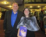Cheryl Muhr女士是位小有名气的摄影师,她和先生John Muhr一起欣赏了首场神韵演出。(梁欣/大纪元)