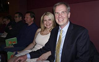 律師Jeff Patza和未婚妻Michelle Bonds觀看了3月4日下午密爾沃基的神韻演出。(溫文清/大紀元)