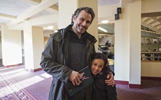 電影演員兼戲劇老師Ryan Schaufler先生帶女兒Abbey觀看3與4日下午密爾沃基的神韻演出。(溫文清/大紀元)