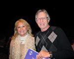 作家Josie Common女士和先生观看了3月4日下午神韵在丹佛的演出。(麦蕾/大纪元)