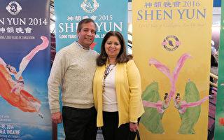 丹佛大學西班牙語教授Martha Hernanvez(右)表示,神韻舞蹈技巧水準很高,動作乾淨俐落。(林家維/大紀元)