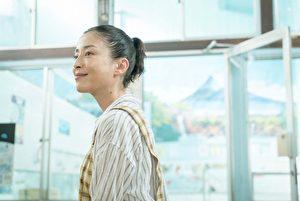 宫泽理惠在《幸福汤屋》中饰演一名生命只剩不到两个月的妈妈,真切动人的演技让她夺下人生第三座日本奥斯卡影后。(天马行空提供)