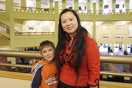 2017年3月5日,潘安娜和兒子觀看了神韻巡迴藝術團在威斯康辛州密爾沃基劇院(Milwaukee Theater)的壓軸演出。 (溫文清/大紀元)