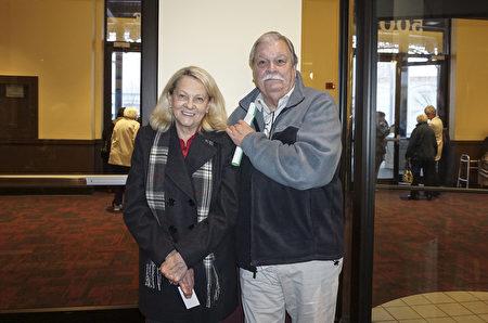 3月5日,高管獵頭公司The CES Group老闆Bob Cooper和職業廣告人Kathy Arrotta觀看了神韻巡迴藝術團在威斯康辛州密爾沃基劇院(Milwaukee Theater)的壓軸演出。(Valerie Avore/大紀元)