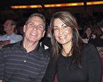 Mike Pickett先生和Gina Peska女士一同观看了3月5日下午美国神韵国际艺术团在丹佛表演艺术中心布尔剧院的演出。(麦蕾/大纪元)