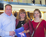 Danny Sebastian先生带着太太和医生朋友Marra Filinkovska女士一同观看了3月5日下午美国神韵国际艺术团在丹佛表演艺术中心布尔剧院的演出。(麦蕾/大纪元)