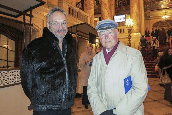 """大学历史教授Eugene Cox先生和Dan Berger先生欣赏完演出后,兴奋不已。Cox说:""""法轮功传递的人生哲理让我触动。""""(林南宇/大纪元)"""