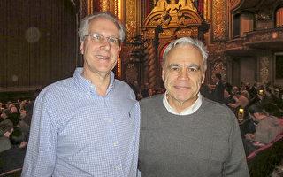 工程师Ed Daigle(左)与陆军上校Rick Hancok (右)欣赏了神韵世界艺术团2017年3月5日在波士顿的演出后,感悟到生命的真谛。(秦川/大纪元)