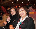 2017年3月7日晚間,嘉義室內合唱團團長黃黑汶與友人觀賞美國神韻紐約藝術團的演出。(董憓陵/大紀元)