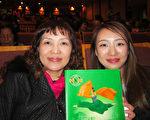 2017年3月7日晚間,艷紫荊國際同濟會財務長王怡文(左),與女兒張郁翊觀賞美國神韻紐約藝術團的演出。(李擷瓔/大紀元)