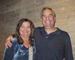 3月7日晚,在图森当地一家建筑公司A. F. Sterling Home Builders任职副总裁的Randy Agron此次与夫人Darlene Agron一同观看了神韵演出。(麦蕾/大纪元)