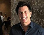 家庭医生Steven Walach在观看3月8日下午神韵国际艺术团在图森会议中心音乐厅的演出后,赞叹天幕之神奇。(Albert Roman/大纪元)