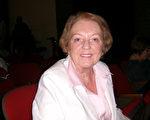 教师Dorothy Emerton表示,神韵演出适合每个年龄层的人看。(于丽丽/大纪元)