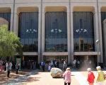 神韵国际艺术团在图森两天三场的演出场场爆满加座,图森观众对神韵热情高涨。(麦蕾/大纪元)