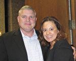 车行的总经理Joe Owens及夫人Kelly Owens 观看了3月8日晚上神韵在图森的演出。(麦蕾/大纪元)