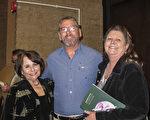 Darin Clark先生和太太Stephanie White,母亲Martha一起观看了3月8日晚上神韵在图森的演出。(麦蕾/大纪元)