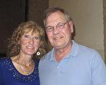 退休律师Glenn Summers携夫人Denise Summers观看了3月8日晚上神韵在图森的演出。(麦蕾/大纪元)