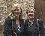 中学老师Monica Christensen携友人、贸易展经理Ann Bridges观赏了神韵3月8日晚在美国亚利桑那州图森市的第三场演出。(Albert Roman/大纪元)