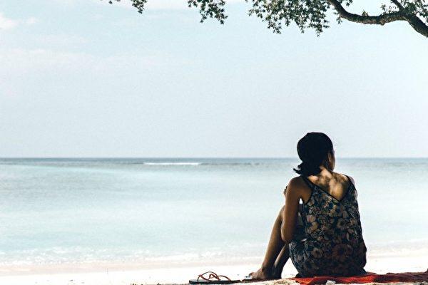 当我们放下找个理想伴侣的幻想、对美好未来的幻想,专注于在此地、此刻,会发生什么事?(Joshua Newton/Shutterstock)