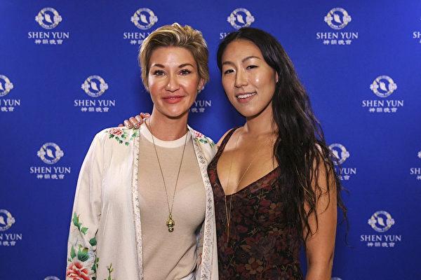 音乐制作人 Elizabeth Lee受好友模特Haley Hoppe的邀请,一起观看了神韵国际艺术团2017年巡演3月10日在拉斯维加斯的首场演出。(新唐人电视台)