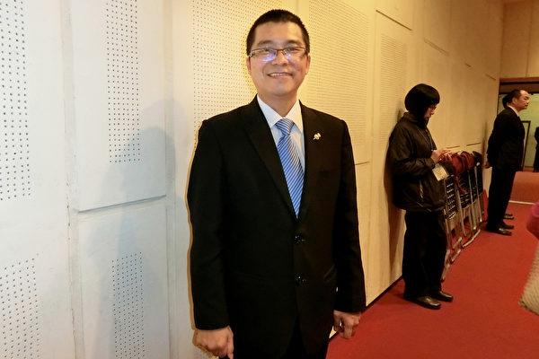 2017年3月11日下午,台南市长荣国际同济会43届会长、南山人寿区经理张员玮观赏美国神韵纽约艺术团的演出。(戴德蔓/大纪元)