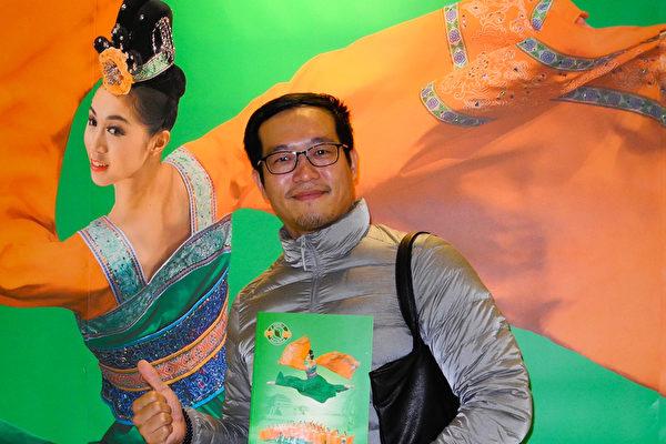 2017年3月11日下午,影像剪辑师李政家观赏神韵纽约艺术团在台南文化中心的演出。(龙芳/大纪元)