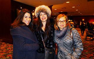 作家Diane Decastro 女士(中)和Tatiana Kudina(右)及友人一起在3月11日下午来到罗斯蒙德剧院(Rosemont Theatre)观看神韵演出。 (谢漫雪/大纪元)