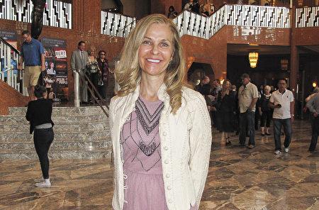 拉斯维加斯地产经纪Pauline Van Betten对3月11日下午在斯密思中心的神韵演出由衷赞叹。(刘菲/大纪元)