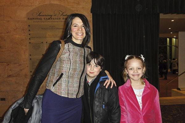 3月11日晚,社会工作者、兼社区组织主管Joy Avoli带着儿子、女儿,与朋友们一起观赏了神韵北美艺术团在麻州伍斯特市汉欧沃剧院的首场演出后赞叹不已。(苏菲/大纪元)