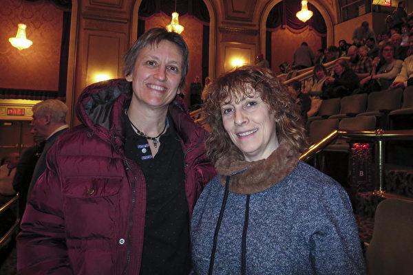 数字营销顾问Fiorella Favaro女士 (右)提前六个月买好神韵票做为生日礼物送给好朋友Diana Collins (左)。在观看了神韵北美艺术团在麻州伍斯特2017年3月11日的演出后,她们盛赞神韵完美无缺。(秦川/大纪元)