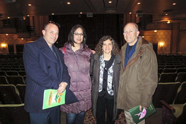 Laura医生(右二)夫妇与朋友一起观赏3月11日晚在麻州伍斯特市汉欧沃剧院(Hanover Theatre)上演的神韵晚会,度过一个美好的生日之夜。(秦川/大纪元)
