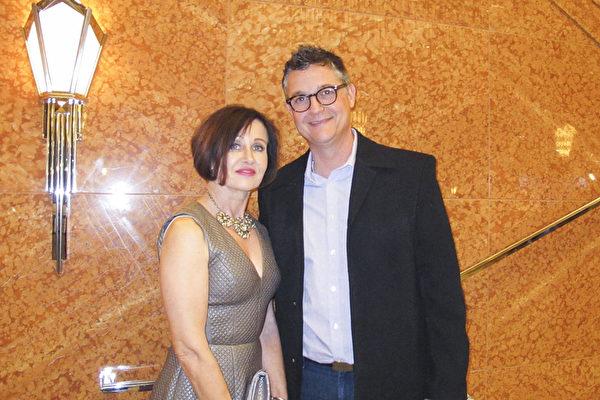 3月11日晚上,Scott Moraine先生和夫人Brenda Moraine 一起前来观看了神韵国际艺术团在拉斯维加斯的斯密思表演艺术中心的第三场演出。(麦蕾/大纪元)