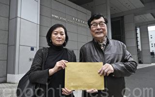 新唐人电视(国际)有限公司总经理朱长民(右)和项目经理吴雪儿(左)到湾仔警察总部,就有人假冒新唐人员工的侵权行为报案。(余钢/大纪元)