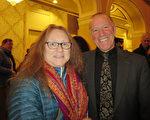 工程師夫婦Matt Hopkinson先生與Nancy Hubbard女士欣賞了神韻北美藝術團2017年3月12日在麻州伍斯特的演出後,盛讚神韻是偉大的演出。(秦川/大紀元)