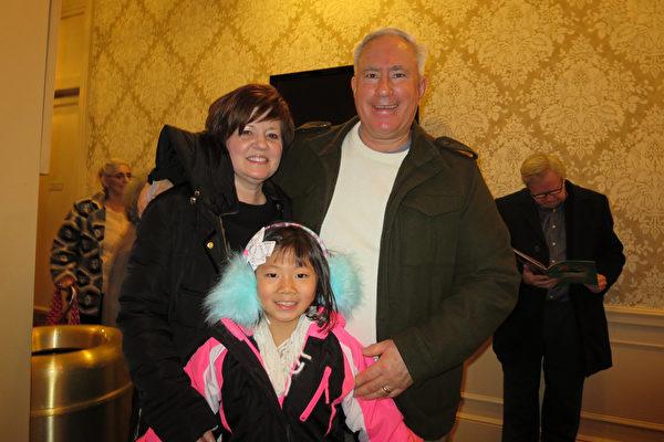 工程师John Foley与妻子Karen Foley 及女儿Alexandra欣赏了神韵北美艺术团2017年3月12日在伍斯特的演出后,决定以后每年来看神韵。(秦川/大纪元)