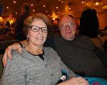 小學教師Debbie Martel (左)觀看了神韻北美藝術團2017年3月12日下午在麻州伍斯特市漢歐沃劇院(Hanover Theatre)的第二場演出後,對神韻演繹的中國傳統文化極為讚賞,表示「恍如坐而品讀歷史」。 (蘇菲/大紀元)