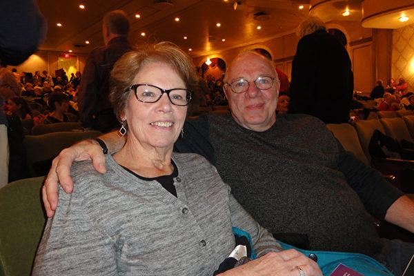 """小学教师Debbie Martel (左)观看了神韵北美艺术团2017年3月12日下午在麻州伍斯特市汉欧沃剧院(Hanover Theatre)的第二场演出后,对神韵演绎的中国传统文化极为赞赏,表示""""恍如坐而品读历史""""。 (苏菲/大纪元)"""