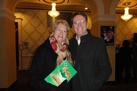 退休医生Paul Bradley携夫人Joyce Bradley一同观看了当天的演出。(苏菲/大纪元)