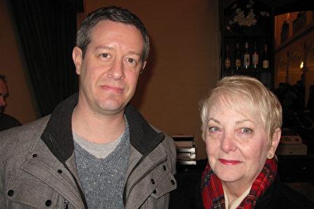 3月12日下午,在麻州从事广告数位销售工作的Andrew Fields先生,与母亲一起观看了神韵北美艺术团的演出。(Bowen Xiao/大纪元)