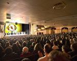 神韻北美藝術團於2017年3月12日下午在麻州伍斯特市漢歐沃劇院(Hanover Theatre)的第二場演出再次爆滿加座。演出結束後,觀眾被神韻演繹的精采故事深深觸動,並感佩神韻藝術家的精深造詣和傑出奉獻。(艾文/大紀元)