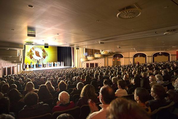 神韵北美艺术团于2017年3月12日下午在麻州伍斯特市汉欧沃剧院(Hanover Theatre)的第二场演出再次爆满加座。演出结束后,观众被神韵演绎的精彩故事深深触动,并感佩神韵艺术家的精深造诣和杰出奉献。(艾文/大纪元)