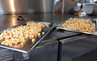 北市卫生局14日上午10时前往大仓久和饭店稽查,发现6项卫生缺失。图为烤箱上方食材暴露。(北市卫生局提供)