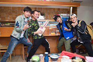 浩子(左二)將暫別《食尚玩家》,節目將於3月15及16日播出「大哥賣走」特輯,由搭檔阿翔(右二)一手策畫。黃鐙輝(左)、曾子余(右)代表主持群歡送浩子。(TVBS提供)