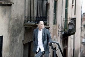 张信哲赴西班牙担任国际车商年度颁奖典礼的神秘嘉宾,顺道参访当地名胜古迹。(潮水音乐提供)