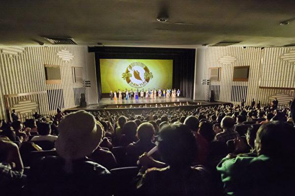 2017年3月15日午,美国神韵纽约艺术团在高雄文化中心的演出演员谢幕。(罗瑞勋/大纪元)