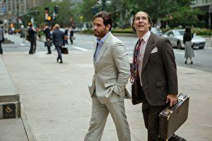《金爆內幕》(Gold,陸譯:金礦)中,馬修‧麥康納(右)禿頭加肥胖的新造型意外吸晴。(甲上娛樂提供)