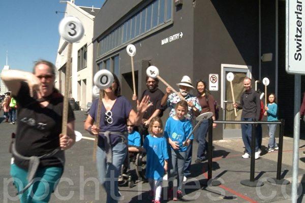 3月14日,探索博物馆举行的圆周率日小游行。(于伟/大纪元)